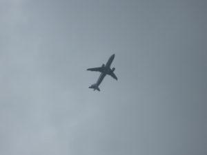 真上に飛行機