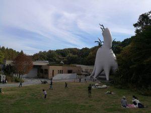 美術館裏の芝生広場
